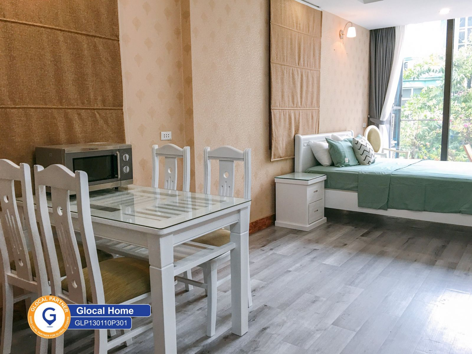 Studio apartment with large balcony and Yen Phu street view
